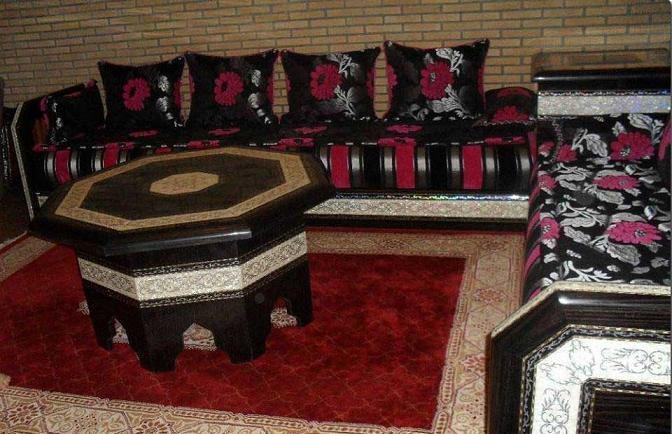 Tissu pour salon marocain 2016 d cor salon marocain for Banquette en bois pour salon
