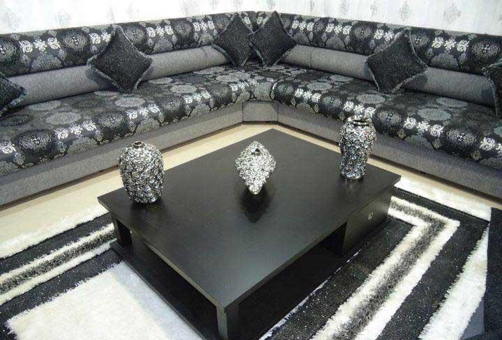 Salon marocain moderne noir et gris d'une touche berber