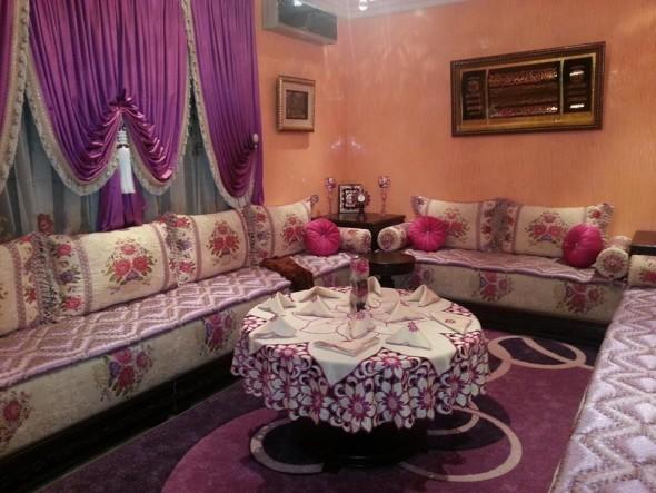 salon marocain en tapis de même couleur du tissu du salon